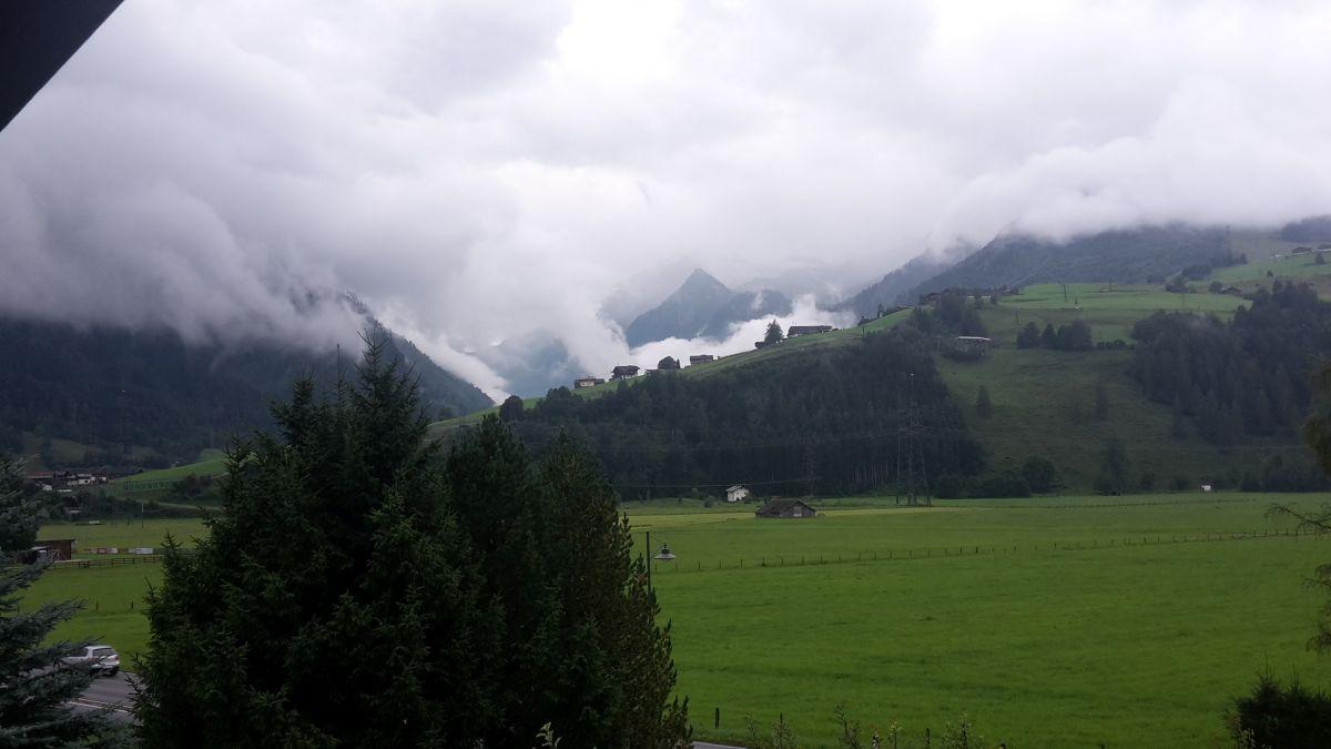 """Das Wort """"Wolkendecke"""" in seiner vollsten Entfaltung. Suchen Sie bitte das Kitzsteinhorn. (Fotostandort Kaprun)"""