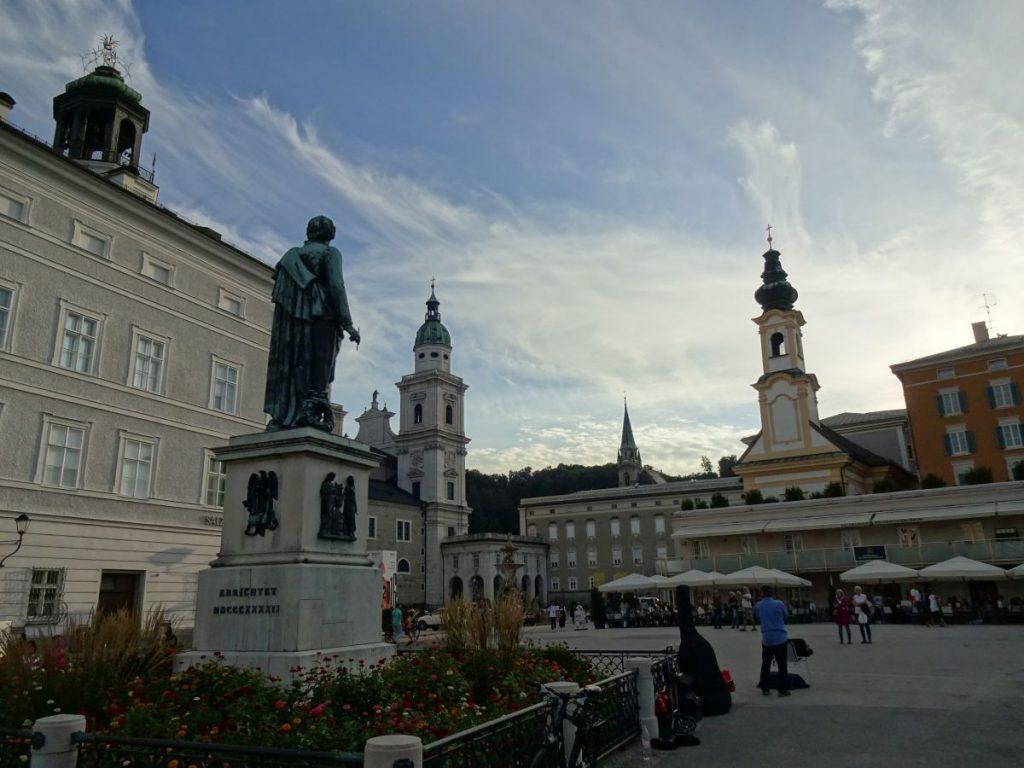 Mozart blickt auf seine Wirkungsstätte.