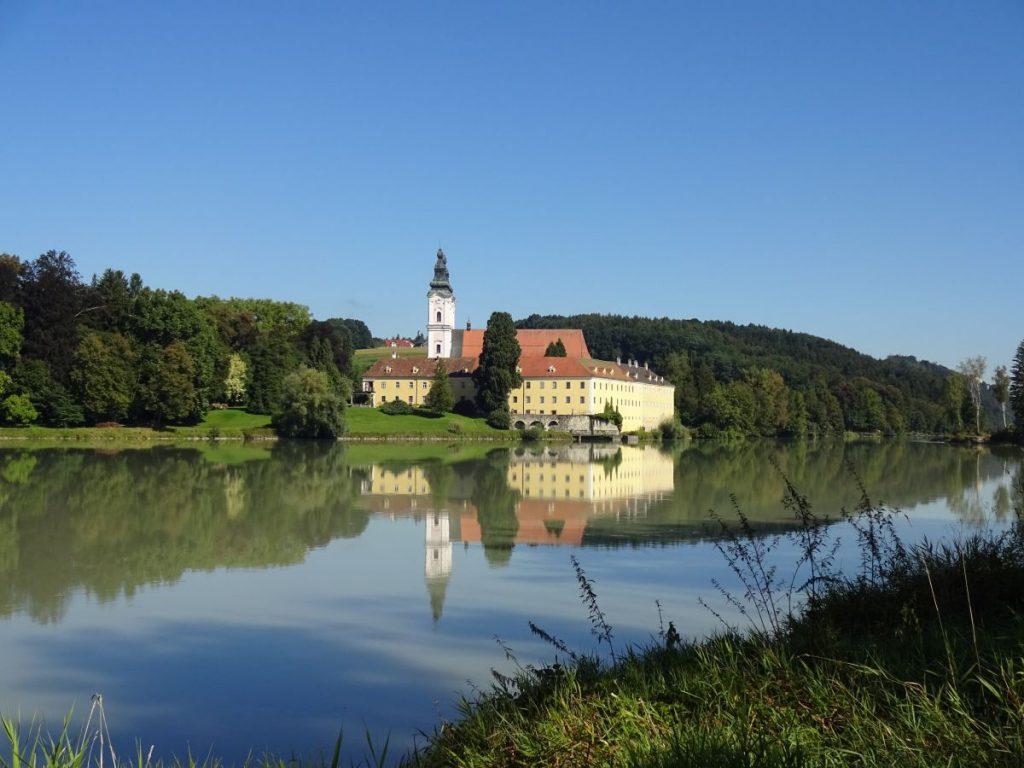 Blick zu Schloss und Kloster Vornbach zwischen Schärding und Passau.